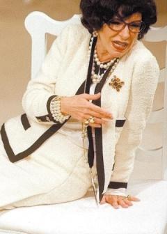 25mai2004---a-atriz-marilia-pera-durante-ensaio-do-monologo-mademoiselle-chanel-com-texto-de-maria-adelaide-amaral-em-que-interpreta-a-estilista-francesa-coco-chanel-1883-1971-1449321846956_300x420